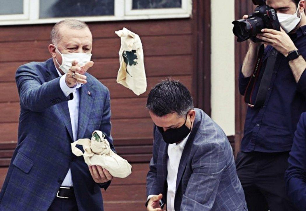 圖為「向民眾投擲茶包」、藉以表達慰問,卻引發了極大爭議的土耳其總統厄多安。 圖/...