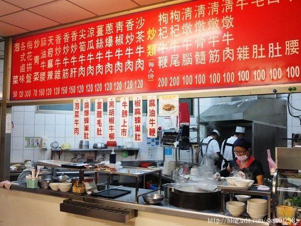 走進門口,右手邊是料理區兼出餐區,半開放式空間一目了然裡頭料理過程