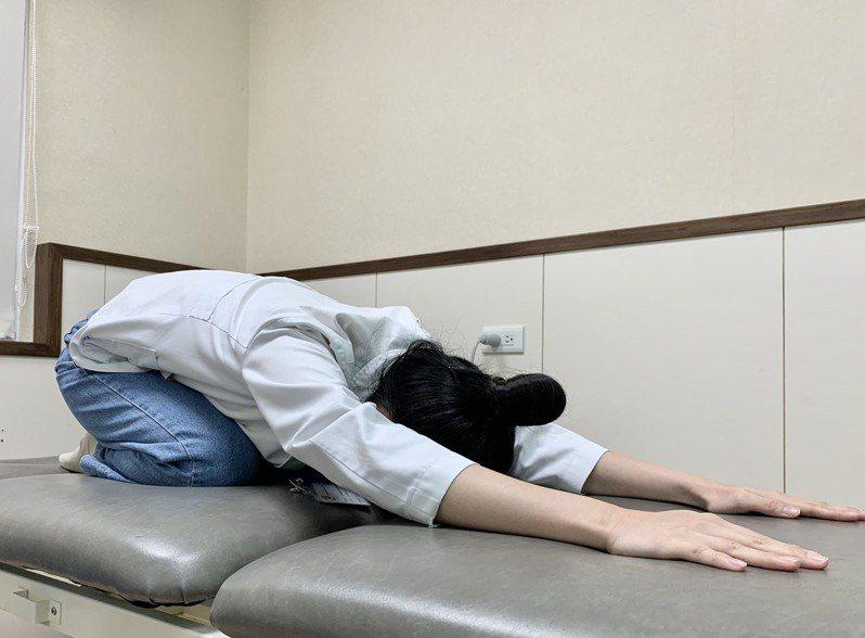 背部伸展運動則採跪姿趴地,雙手盡量往前伸,停頓10-15秒,重複3、5次。記者王昭月/攝影