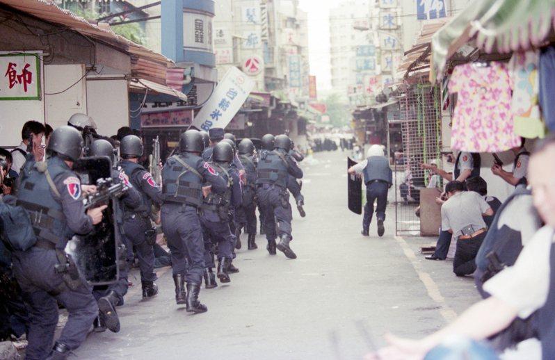 數百名荷槍實彈警方人員,在台北市龍江路展開搜索、攻堅圍捕白曉燕案嫌犯高天民等人。圖/聯合報系資料照片