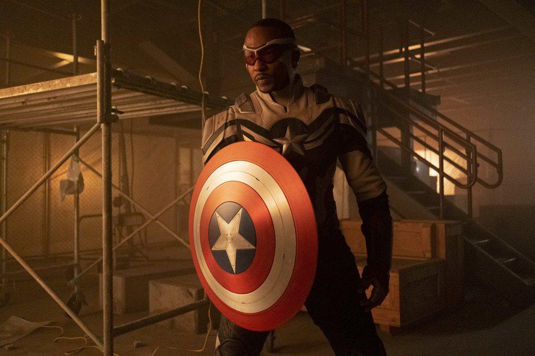 安東尼麥奇在影集「獵鷹與酷寒戰士」正式接下「美國隊長」的盾牌。圖/摘自推特