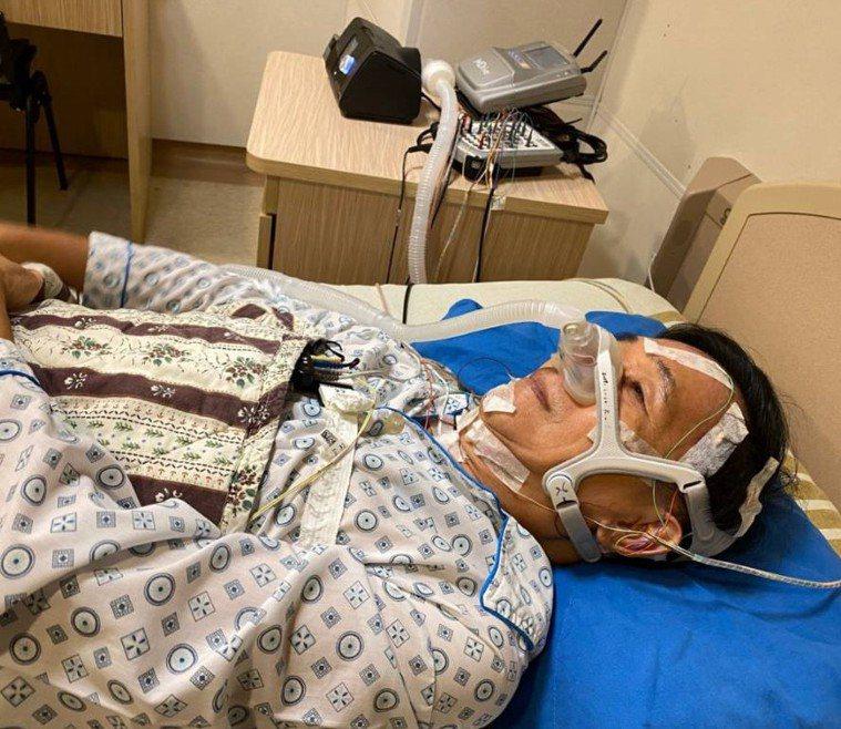 今早又再度分享照片說「阿扁又住院了」,並形容自己是「電線象人」。圖/取自臉書新勇...