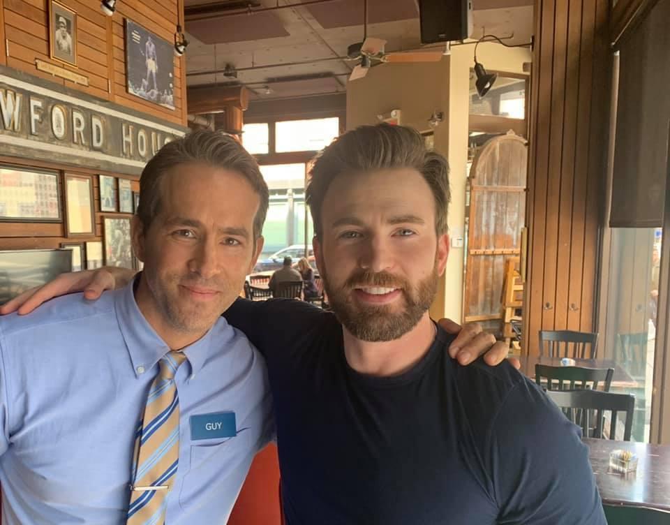 「美國隊長」克里斯伊凡(右)簡短客串「脫稿玩家」,當天只拍了約莫10分鐘。圖/摘