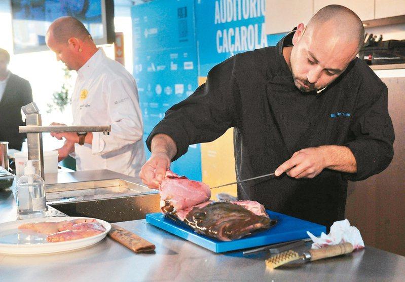 專家解釋,米其林指南的評鑑標準是「相對性」,強調「物有所值」圖為米其林餐廳的廚師在葡萄牙的美食節上表演廚藝。新華社