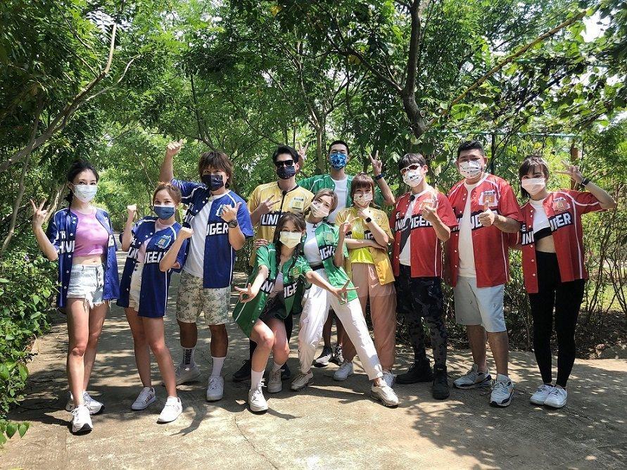 張家瑋(左起)、徐凱希、王仁甫、Yuri、許孟哲、「豆花妹」蔡黃汝、陳大天、峮峮