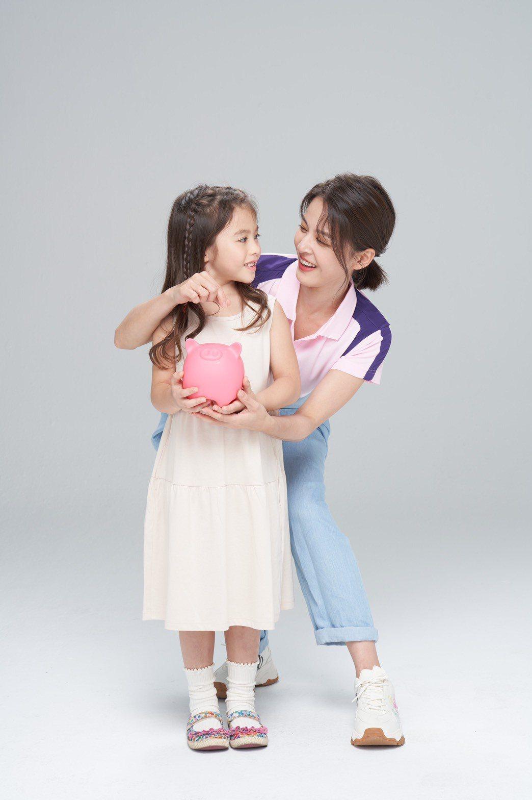 蘇晏霈和童星拍廣告,互動超自然。圖/民視提供