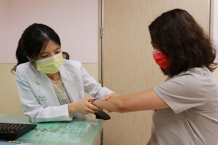 亞洲大學附屬醫院皮膚科醫師方心禹(左)指出,採用生物製劑藥物治療僅約兩周,女大學...