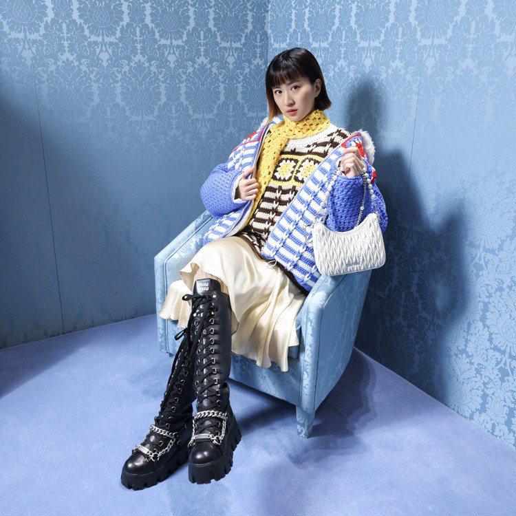 9m88特別欣賞這季把針織結合羽絨外套的設計。翻領鉤織夾克12萬5,000元,鉤...