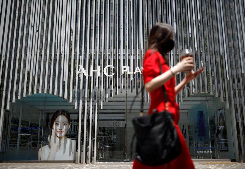 國際人權觀察團體6月份的報告說,南韓的偷拍及散布私密影像的文化,足以摧毀女性的一生。圖為首爾市區街頭的女性。路透