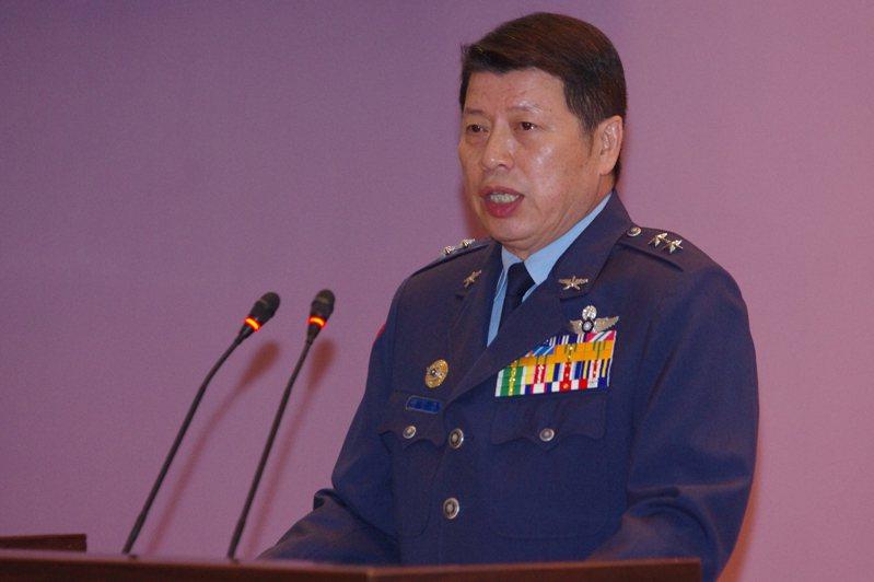 2017年11月,幻象機飛官何子雨墜海失蹤,時任副司令的張哲平,在記者會上報告失事經過。圖/聯合報系資料照片