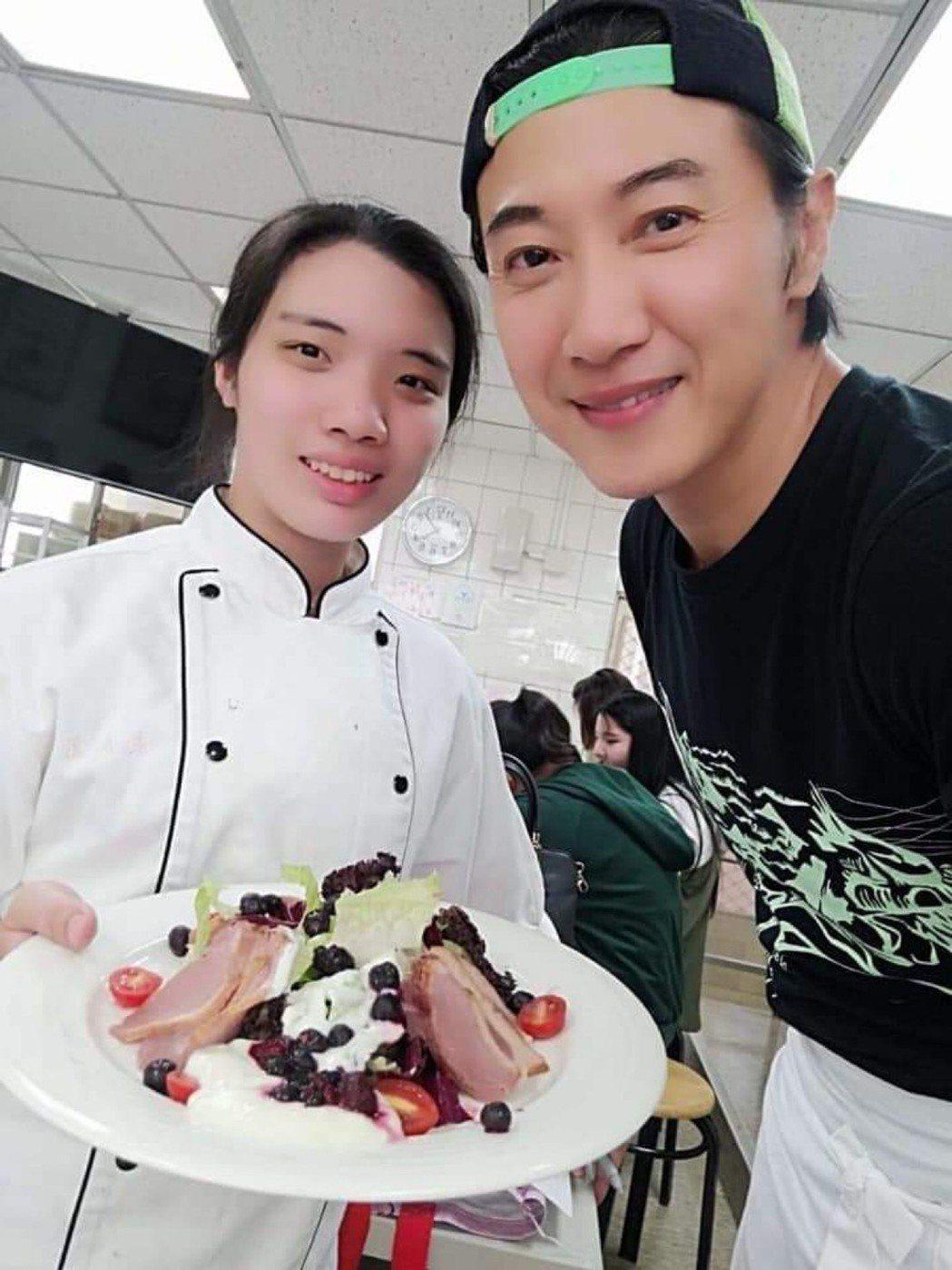陳鴻(右)過去跟學生互動都是面對面實際操作怎麼作菜。圖/陳鴻提供