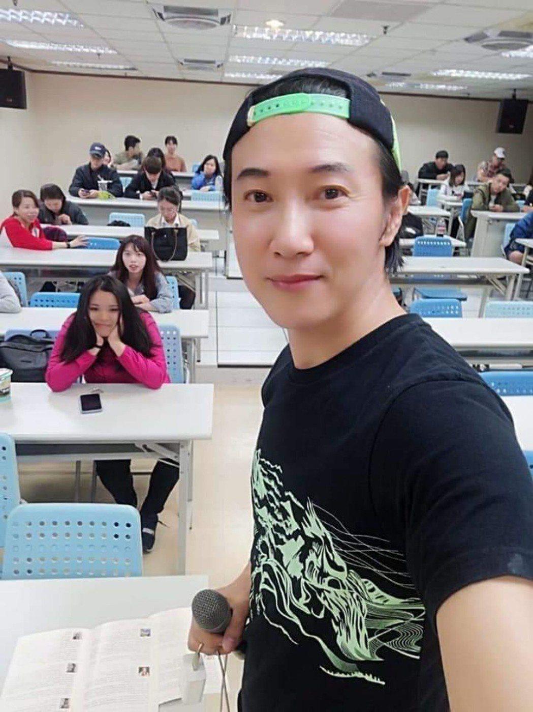 陳鴻上課時面對37個學生,開學在即,他認為不該再像過去一樣群聚。圖/陳鴻提供
