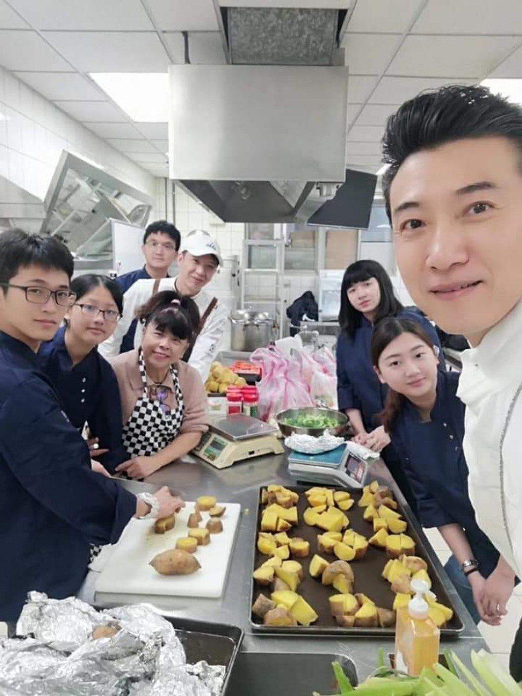 陳鴻(右)上課時面對37個學生,開學在即,他認為不該再像過去一樣群聚。圖/陳鴻提...