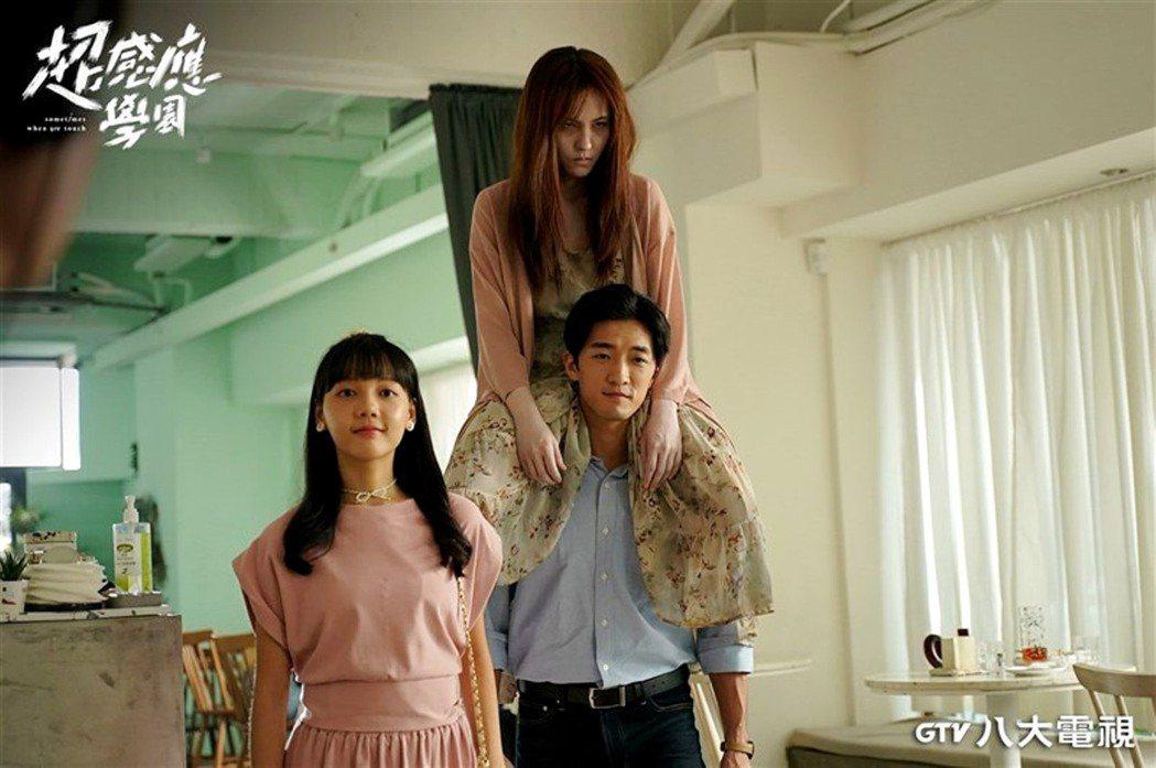 魏蔓(右上)在「超感應學園」中做肩膀的橋段很恐怖。圖/八大提供