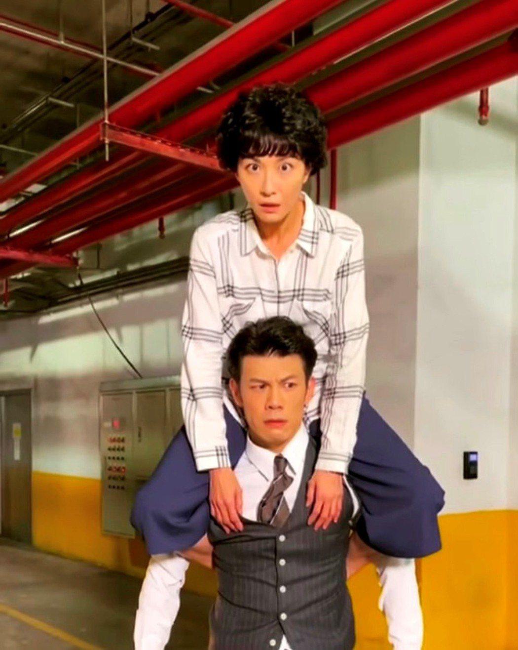 江祖平(上)坐陳志強肩上很搞笑。圖/三立提供