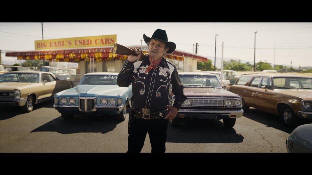 湯米李瓊斯在「詐製片家」演動作片演員,親自上陣特技戲。圖/甲上提供