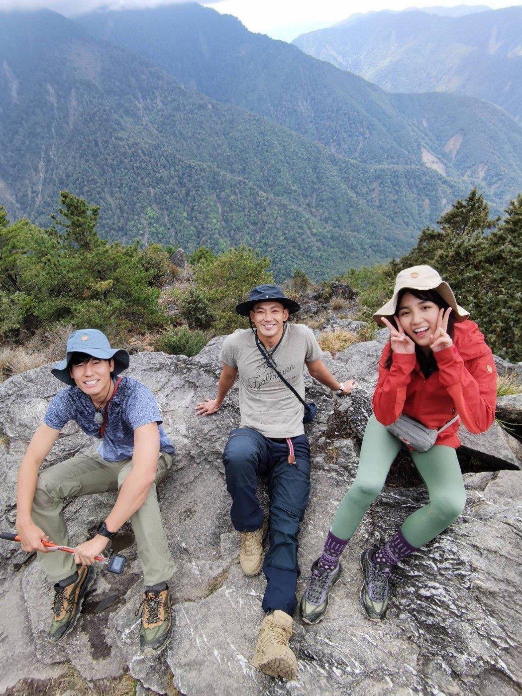 「食尚玩家熱血48小時」登玉山,風田(左)及朵拉(右)爬到想放棄,威廉則在一旁鼓...