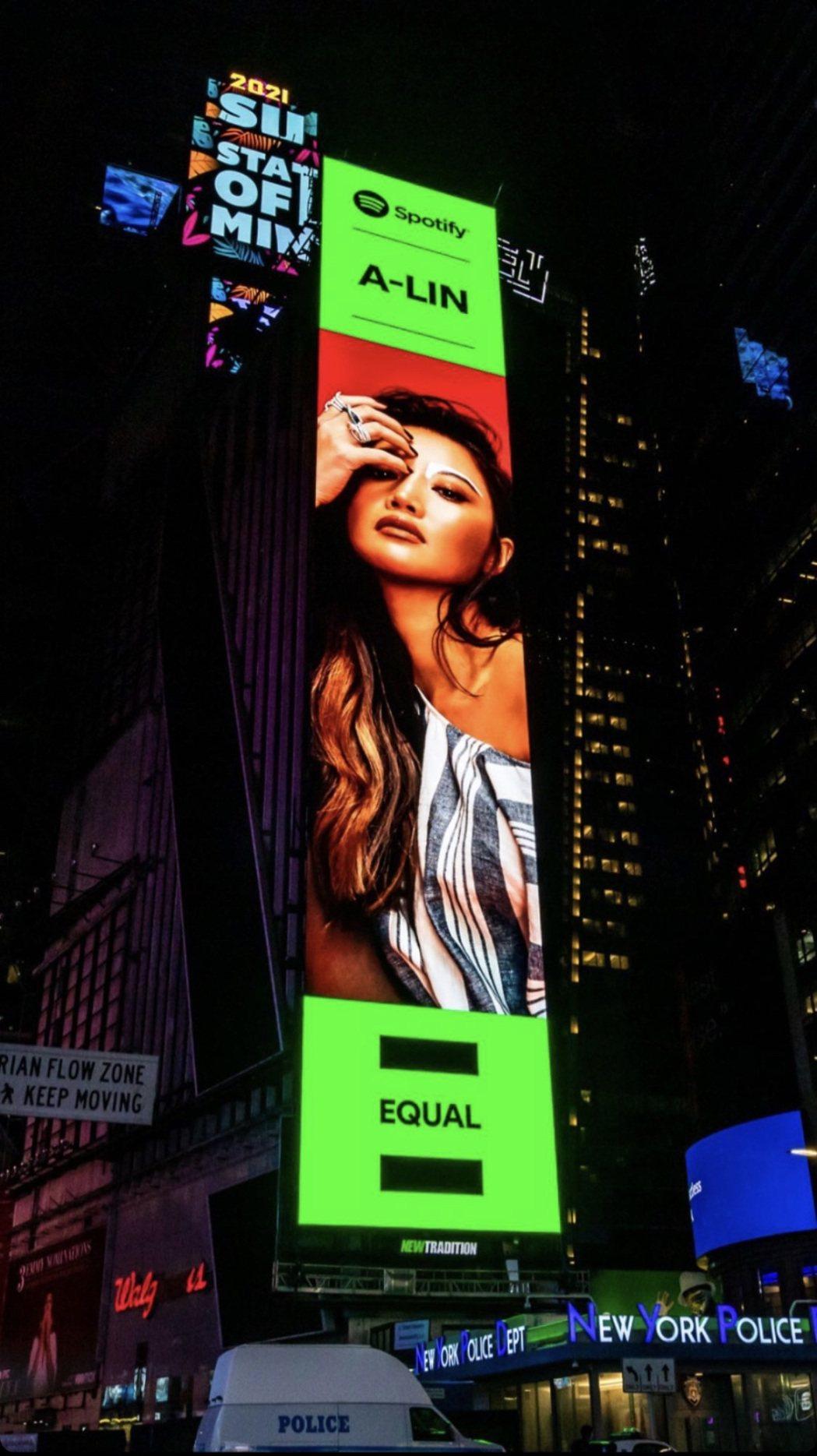 A-Lin登上美國紐約時代廣場巨幅LED,打趣有種「出國比賽」的感覺。圖/众悅娛