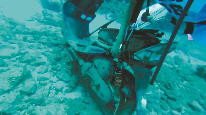 蘭嶼潛水業者清除海底垃圾時,竟發現海底有1輛摩托車,相當傻眼。圖/讀者提供