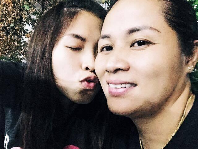 依瑟儂及其母親感情相當融洽。圖擷自依瑟儂臉書