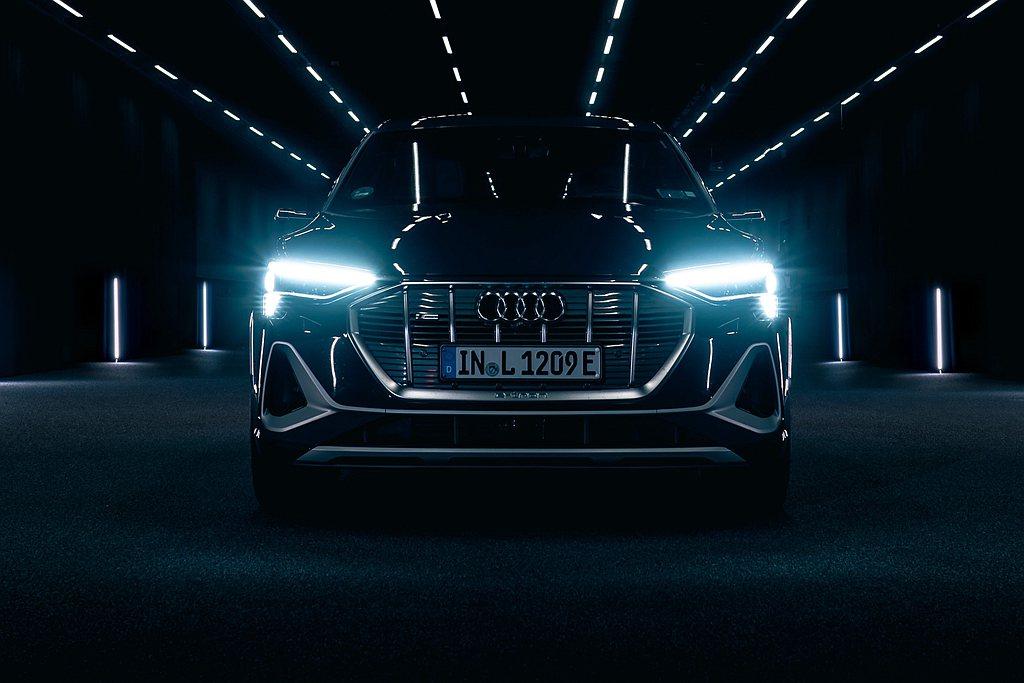 20年的時間Audi不斷創造燈光科技新里程碑,從傳統鹵素燈出發,1994年氙氣頭...