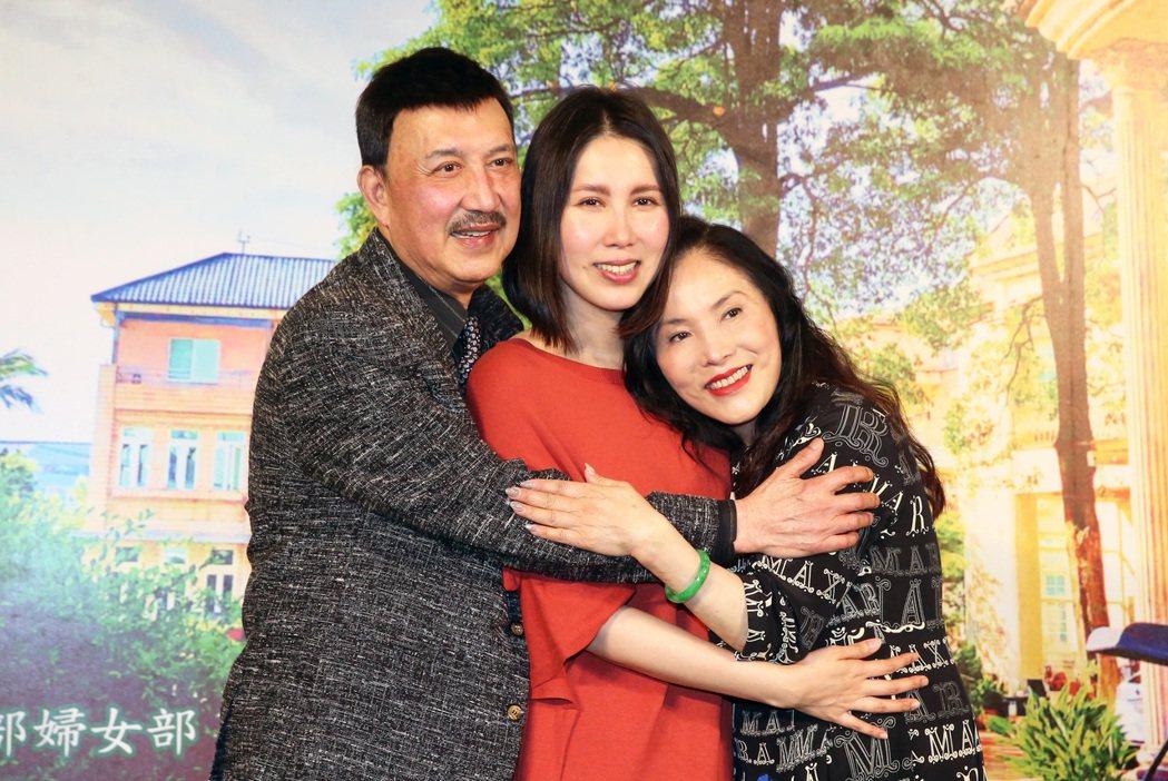 余苑綺(中)在爸爸余天(左)和媽媽李亞萍(右)的陪同下,分享自己辛苦的抗癌過程。