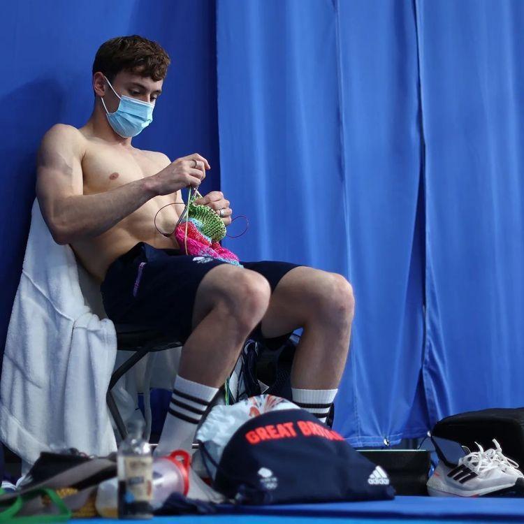 裸露半身的跳水金童湯姆戴利在奧運場邊打毛線,成為本屆奧運養眼鏡頭之一。圖/取自I...
