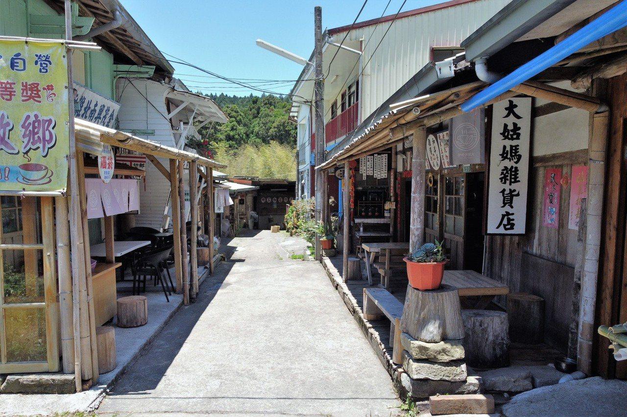 奮起湖老街步道仿古製,兩側不少店家販售古早味木製品,穿梭其內彷彿穿越時空、回到過...