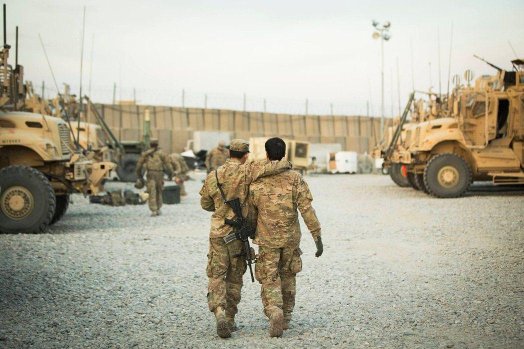阿富汗拉格曼的前線基地,美國大兵與阿富汗翻譯勾肩搭背的兄弟情。 圖/路透社
