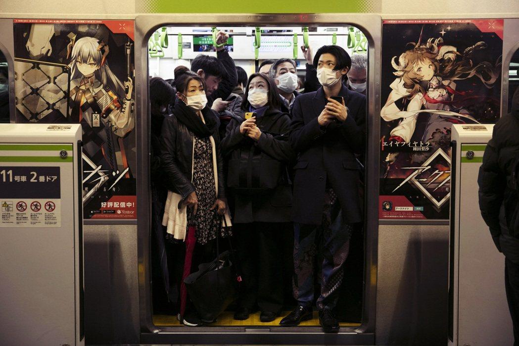 消息一出不僅讓社會大眾感慨,那個見證時代回憶的電車廣告從此一去不復返。圖為日本電...