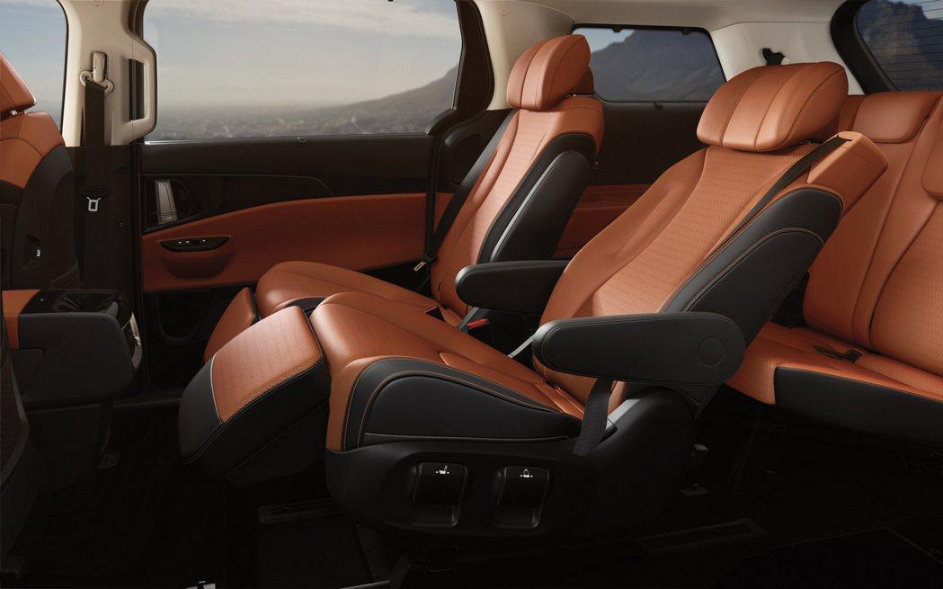 All-new Carnival頂級版搭載具有電動調整、通風、加熱與一鍵傾倒放鬆...