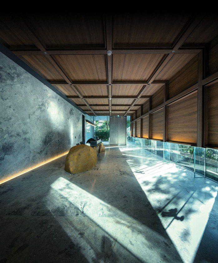 日本石雕大師和泉正敏以日本東北稀有實石雕塑而成的迎賓櫃檯。