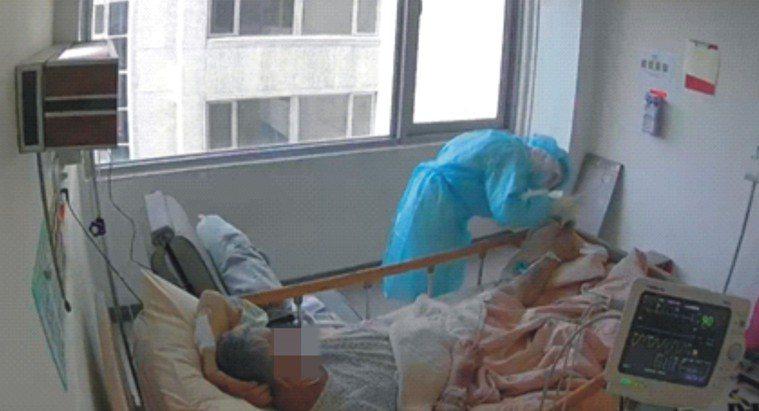 護理師仔細評估許伯伯傷口情形,協助傷口換藥,拍照記錄每日傷口變化,衛教傷口照護注...