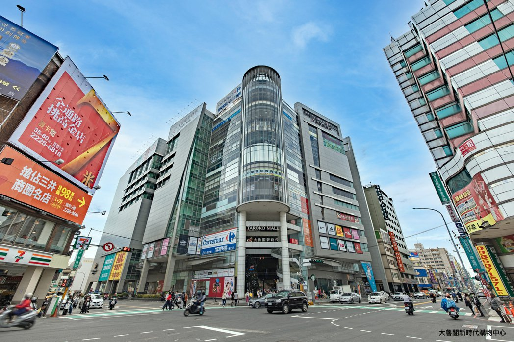大魯閣新時代購物中心是東區佇立已久的百貨商場、秀泰影城、三井LaLaport也陸...