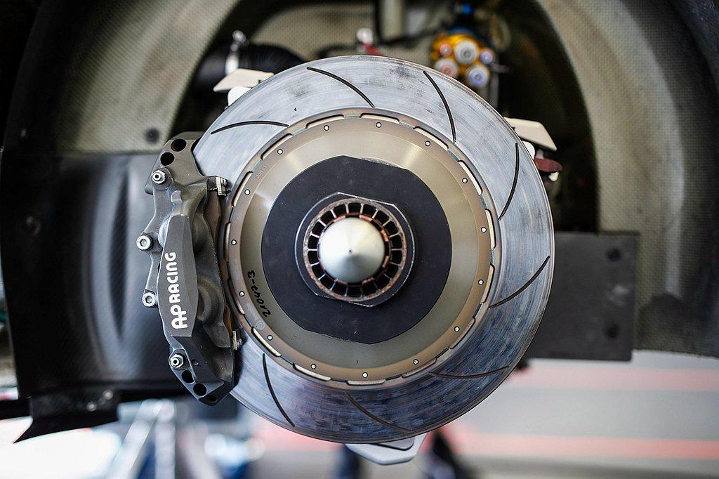 在利曼24小時耐力賽,每圈將有13次機會讓煞車系統發揮效用,且必須一次又一次地重...