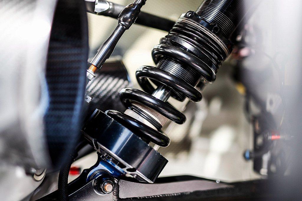 在利曼24小時耐力賽中,避震器必須承受多次重擊,卻沒有一絲明顯損傷。其力學設計默...