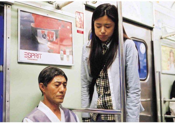 《我的野蠻女友》全智賢在電影一開始就把嘔吐物嚥回去、又吐泡麵的橋段令人印象超深刻...