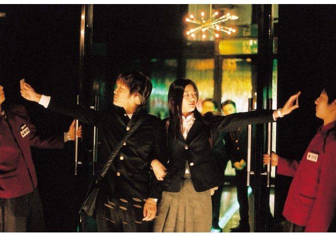 《我的野蠻女友》中車太鉉和全智賢穿制服去夜店狂舞。圖/取自鴻聯國際官網