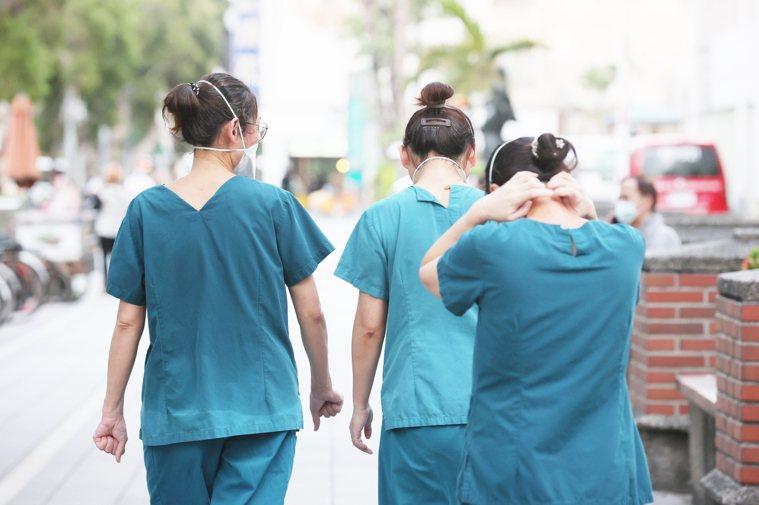 基層護理人員爆料,今年第二季皆未收到相關津貼,等於5月中旬至今、國內疫情最嚴峻之...