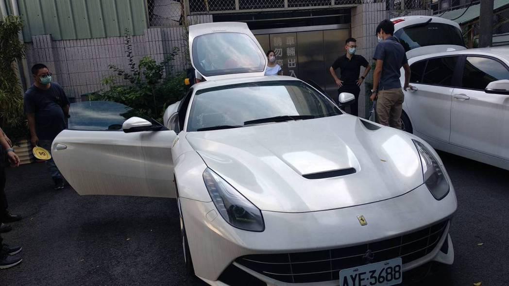台中地檢署查扣詐團成員的法拉利,車型為F12 BERLINETTA,2015年出...