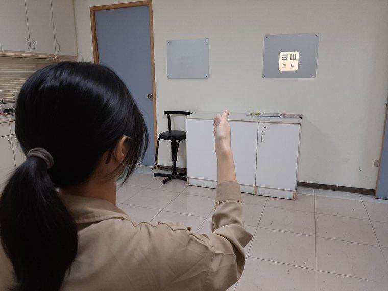 黃慶瑄主任建議掌握「三要一保」原則,並定期做視力檢查,才能確保眼睛健康。圖/大千...