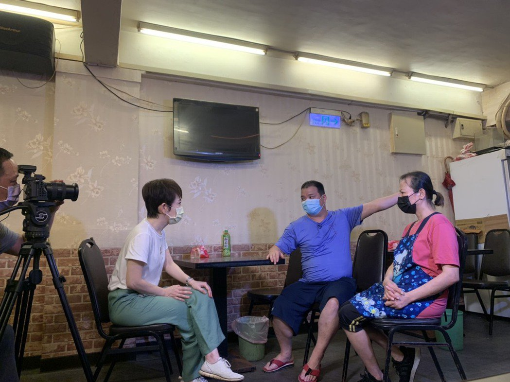 陳雅琳訪問老闆娘心聲。圖/華視提供