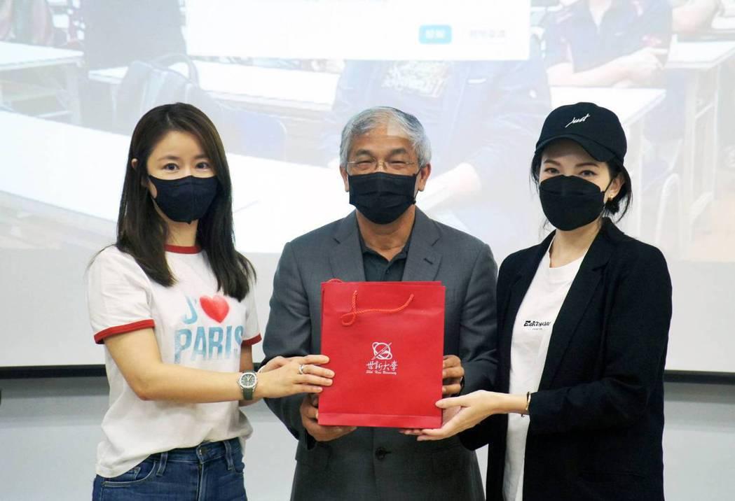 林心如(左)將學生會會長的職位交接給學妹許瑋甯(右)。圖/世新大學提供