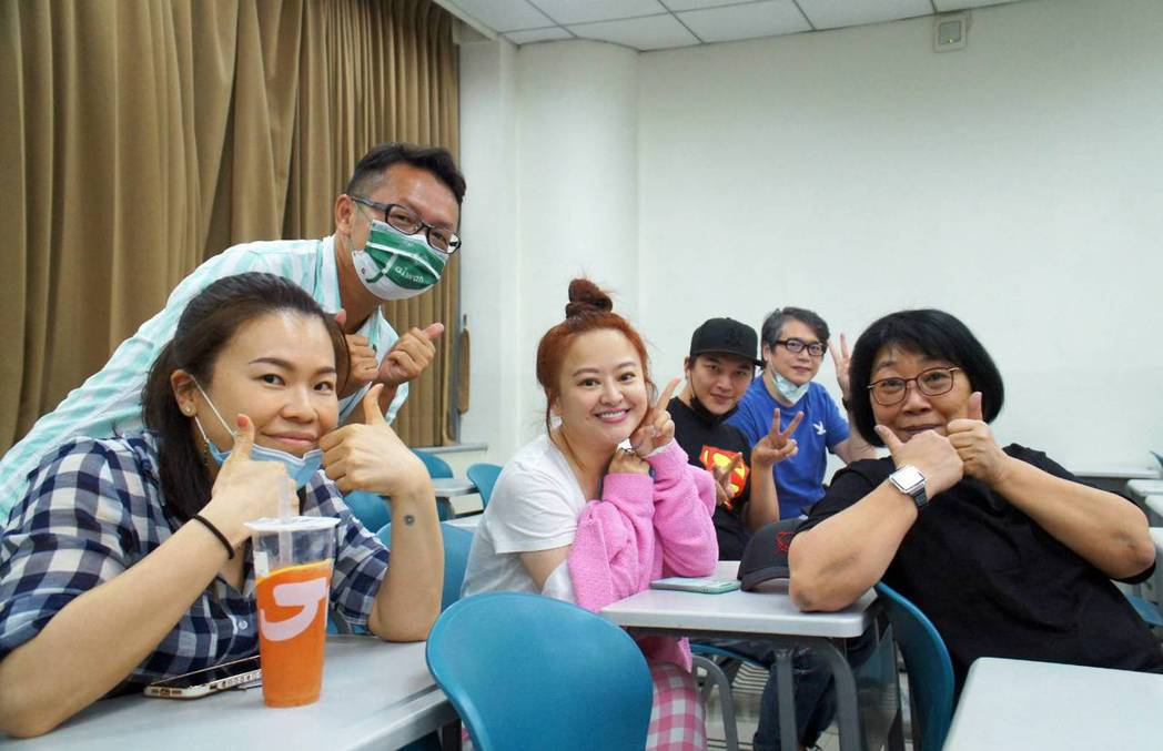 何嘉文(中)也念世新碩專班。圖/世新大學提供
