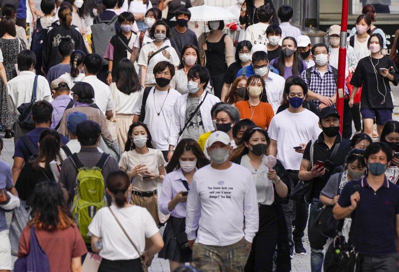 日本首都圈疫情持續惡化,東京連三天新增染疫數超過五千例。歐新社