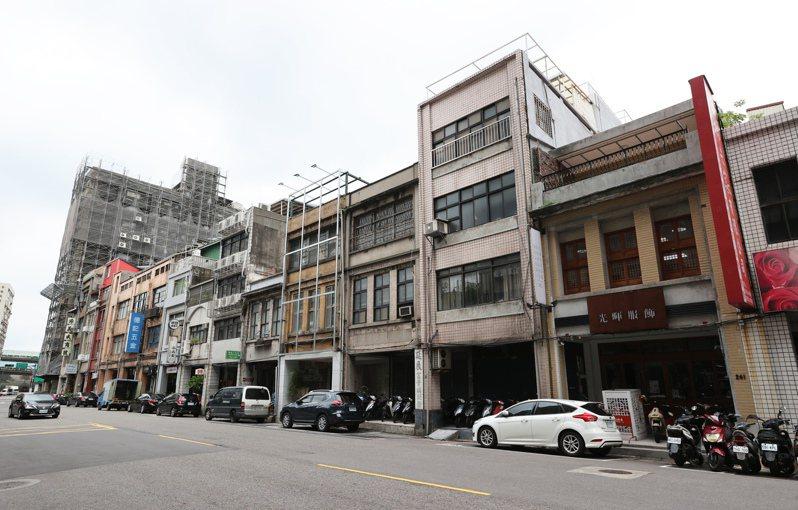 位於大稻埕特定專用區的南京西路263號等地,近來就冒出危老改建案,15層樓設計未來將非常突兀,圖為改建案現址情形。記者潘俊宏/攝影