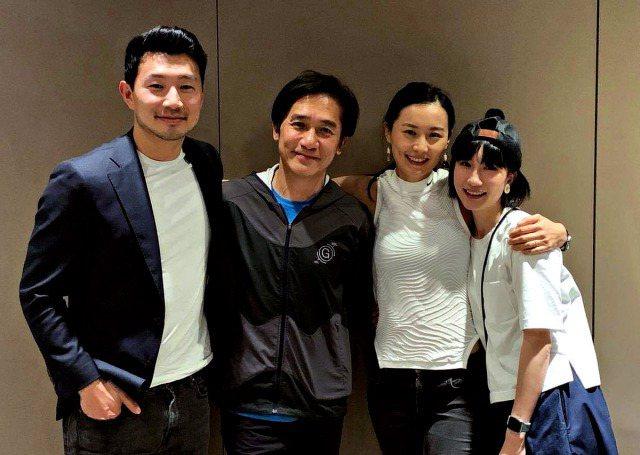 劉思慕(左起)、梁朝偉、陳法拉以及張夢兒在「尚氣與十環傳奇」飾演一家人。圖/摘自