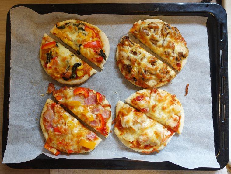 四個披薩分別是九層塔玉米彩椒(素)蘑菇雞肉培根彩椒干貝蝦仁 ...
