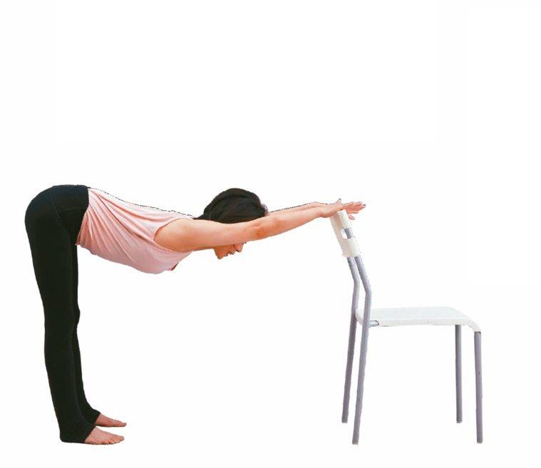 扶桌拉後背1.雙手打開與肩同寬扶在辦公桌的桌緣,上半身與地板平行延伸背部,停...