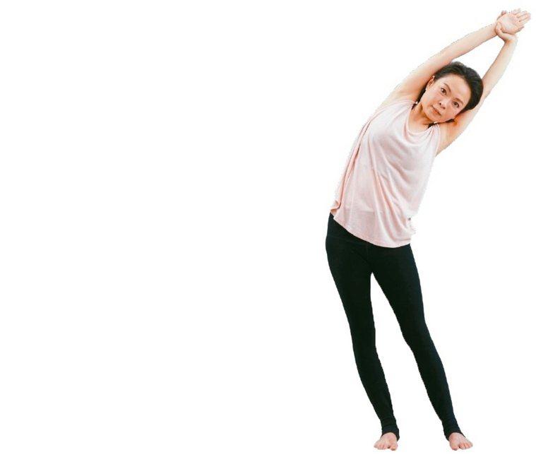 左右側身延展1.雙手拉高過頭,右手拉左手腕,頭靠在右手臂上,吸氣時骨盆往左邊...